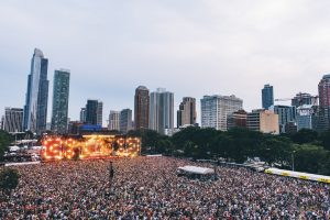 Outdoor concert, downtown Chicago, thousands of fans